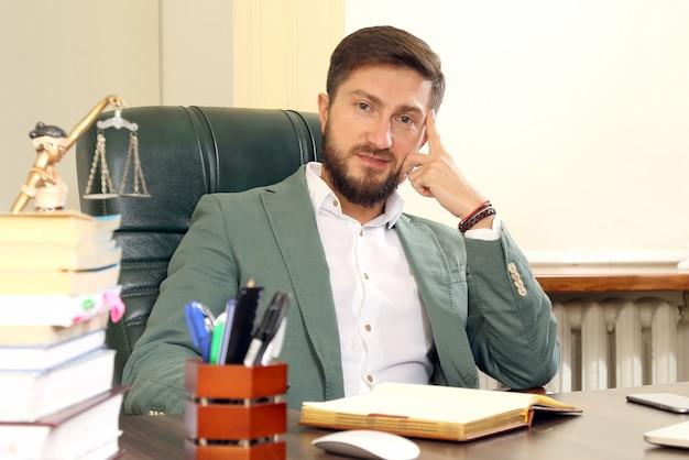 Portret van een succesvolle zakenman in het kantoor
