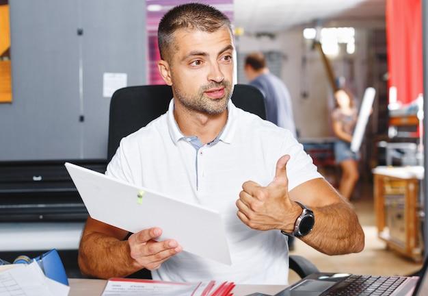 Portret van een succesvolle zakenmanondernemer die op een druk kantoor werkt