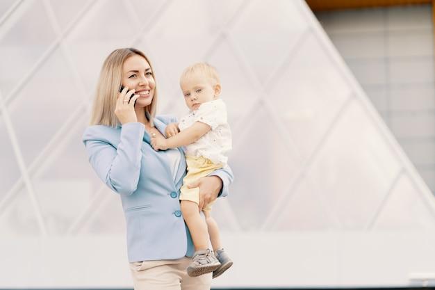 Portret van een succesvolle zakenvrouw in blauw pak met baby