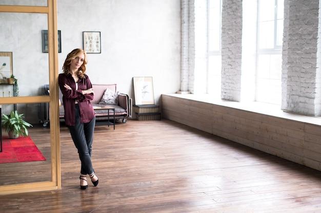Portret van een succesvolle zakenvrouw permanent op haar kantoor