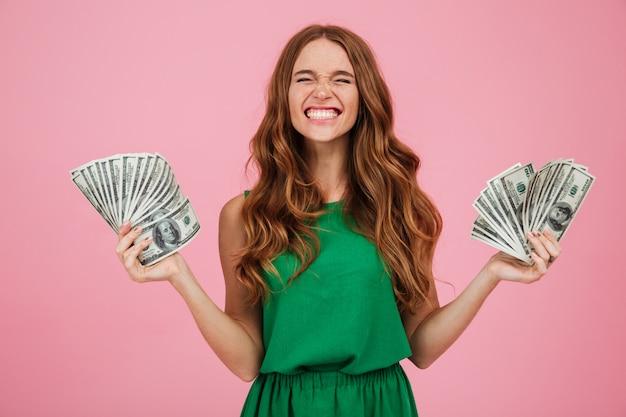 Portret van een tevreden gelukkige vrouwenwinnaar met lang haar