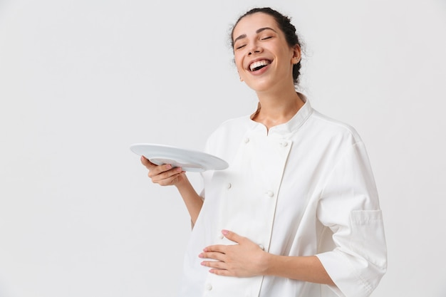 Portret van een tevreden jonge vrouw met gerechten