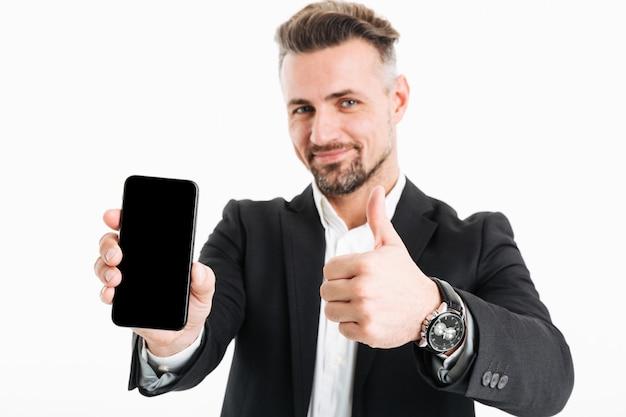 Portret van een tevreden volwassen zakenman gekleed in pak