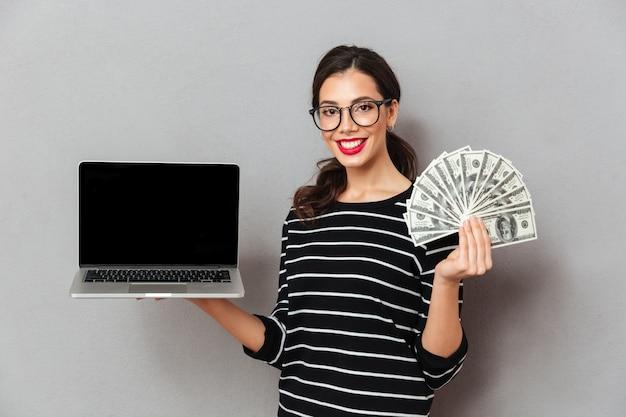 Portret van een tevreden vrouw in brillen