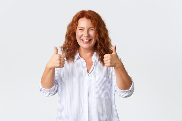 Portret van een tevreden vrouw met thumbs-up in goedkeuring, zoals product, garanderen kwaliteit