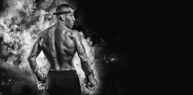 Portret van een thaise bokser. achteraanzicht. gemengd vechtsportenconcept. competities en toernooien.