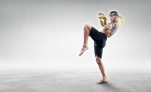 Portret van een thaise bokser. hij slaat met zijn knie. competities en toernooien concept. gemengde media
