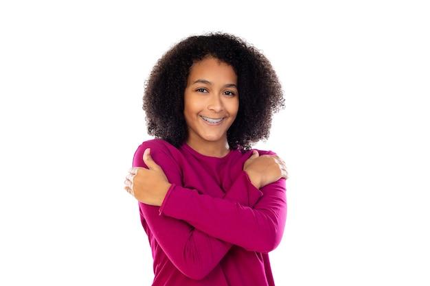 Portret van een tiener met afrohaar dat op een witte muur wordt geïsoleerd