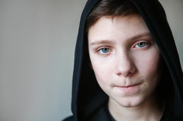 Portret van een tiener met blauwe ogen en samengeknepen lippen