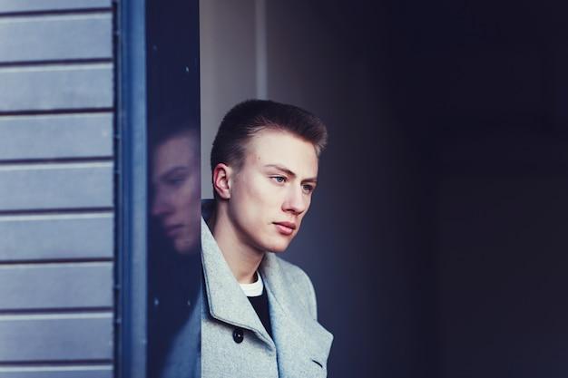 Portret van een trendy jonge man