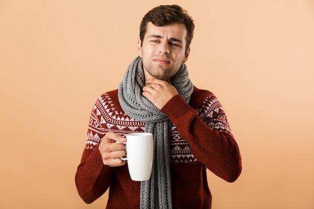Portret van een trieste jonge man gekleed in een trui