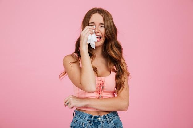 Portret van een trieste jonge vrouw in zomer kleding