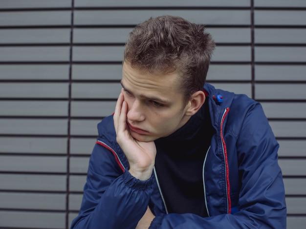 Portret van een trieste, vermoeide, depressieve tiener. problemen van tieners, concept