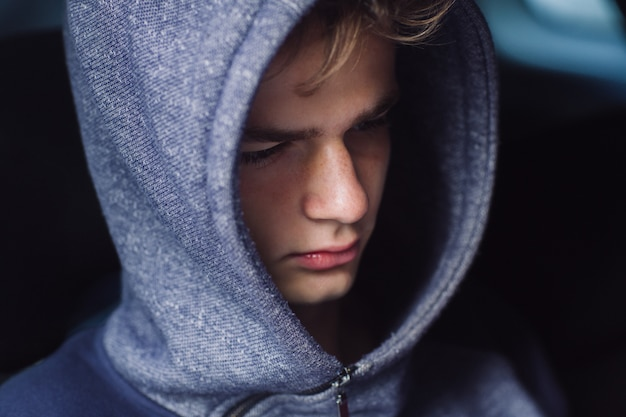 Portret van een trieste, vermoeide, depressieve tiener.