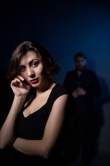 Portret van een trieste vrouw en een man met wie ze het uitmaakte, onenigheid in relaties
