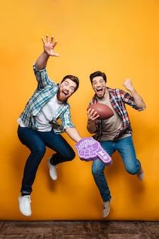 Portret van een twee gelukkige jonge mannen springen