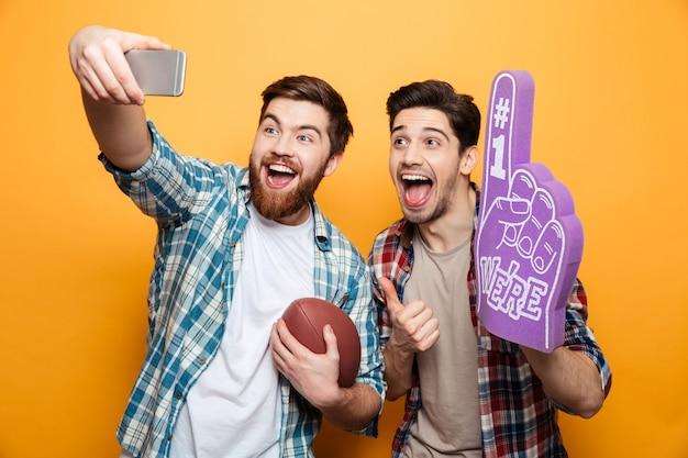 Portret van een twee opgewonden jonge mannen die een selfie