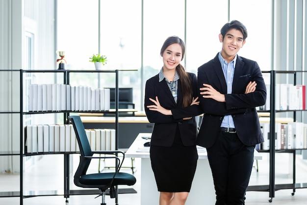Portret van een twee zakenman en zakenvrouw partners bespreken
