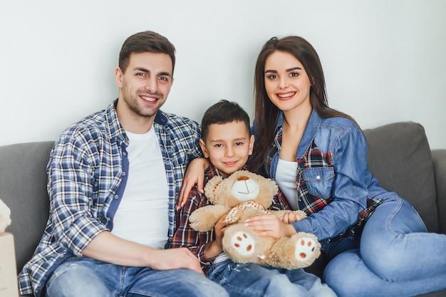 Portret van een typisch gezin van vier personen die genieten van de tijd thuis in de kamer
