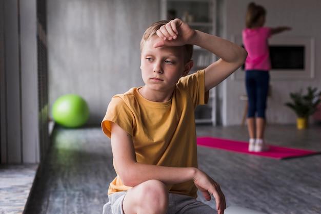 Portret van een uitgeputte jongen thuis