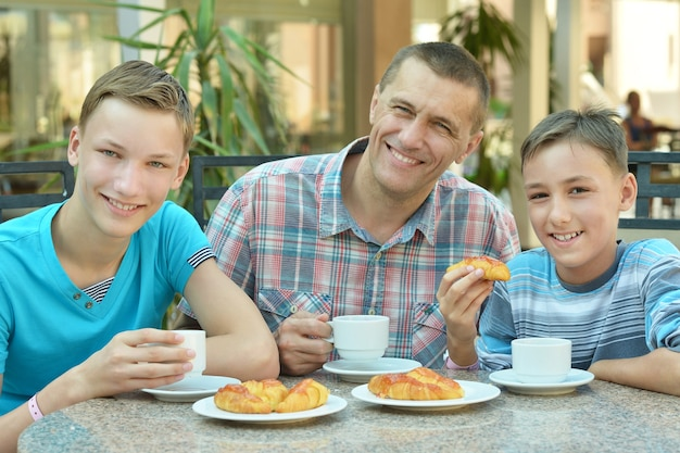 Portret van een vader die ontbijt met zijn zonen