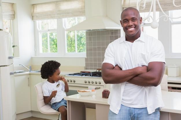 Portret van een vader en een zoon die ontbijt eten