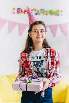 Portret van een verjaardagscadeau van de meisjesholding Gratis Foto