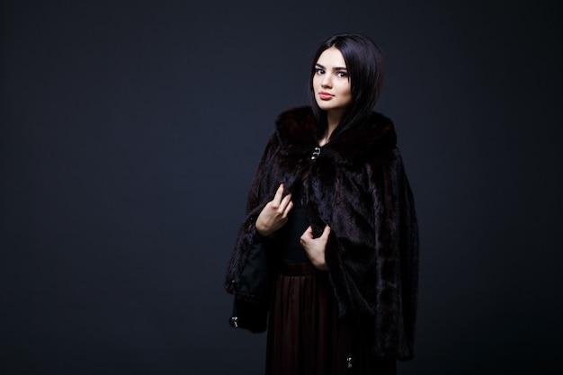 Portret van een verleidelijke dame in bontjas
