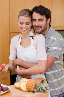 Portret van een verliefd paar dat vruchten eet