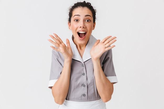Portret van een verrast jong dienstmeisje
