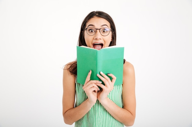 Portret van een verrast meisje in jurk en bril