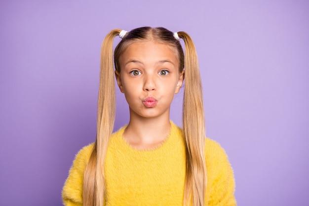 Portret van een verward, funky kind maakte een fout, laat haar lippen pruilen mollig zeg oeps, voel me gefrustreerd angstig draag gele trui geïsoleerd over violette kleur muur