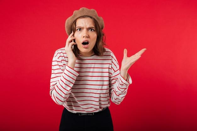 Portret van een verwarde vrouw die baret draagt