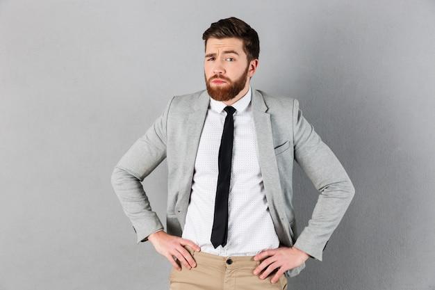 Portret van een verwarde zakenman gekleed in pak