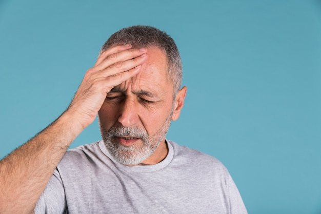 Portret van een volwassen man die lijdt aan hoofdpijn