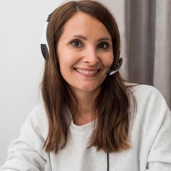 Portret van een volwassen vrouw die geniet van het werken vanuit huis