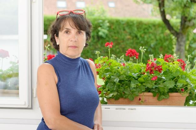 Portret van een volwassen vrouw met een bril