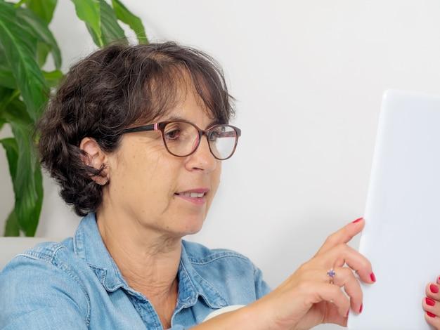 Portret van een volwassen vrouw met een tablet