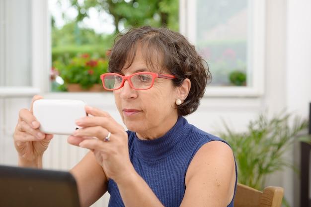 Portret van een volwassen vrouw met een telefoon