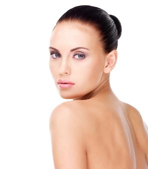 Portret van een volwassen vrouw met mooi die gezicht - op wit wordt geïsoleerd. huid zorg concept.