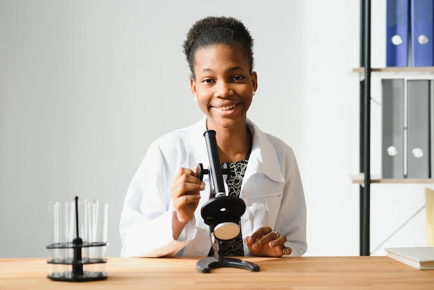 Portret van een vriendelijke zwarte vrouwelijke arts