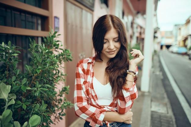 Portret van een vrij aantrekkelijke sexy jonge vrouw met natuurlijke make-up met mooie ogen