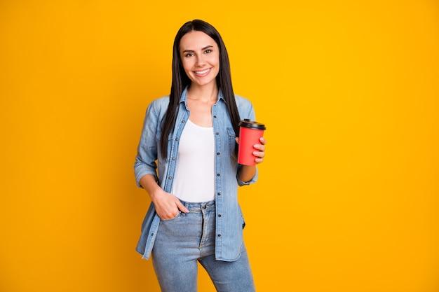 Portret van een vrij charmant vrolijk meisje dat cacao drinkt, relax
