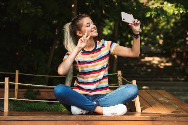 Portret van een vrij gelukkig jong tienermeisje