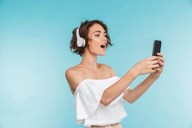 Portret van een vrij jonge vrouw die aan muziek luistert