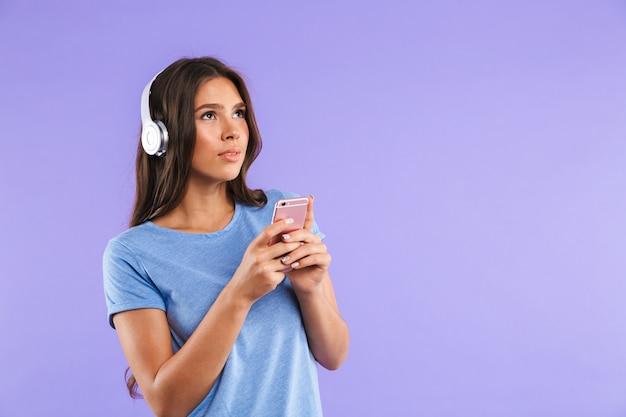 Portret van een vrij jonge vrouw die mobiele telefoon houdt