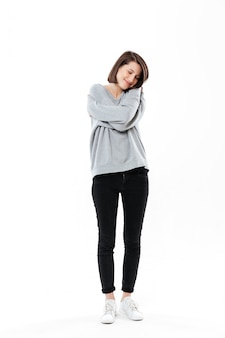 Portret van een vrij jonge vrouw die omhelst terwijl status