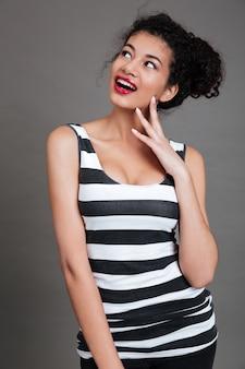 Portret van een vrij jonge vrouw die zich over iets afvragen
