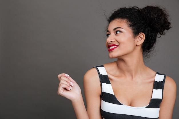 Portret van een vrij tevreden jonge vrouw