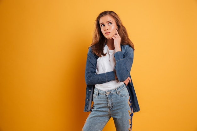 Portret van een vrij toevallig en meisje dat weg denkt kijkt